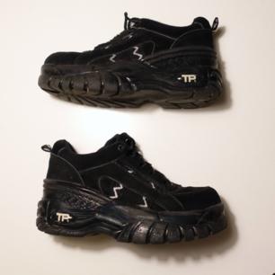Svinsnygga chunky skor. Står storlek 39 under skon, passar mig med stlk 38/39 Köpta här på plick, men jag har aldrig använt dem. Linningen/tyget har släppt lite precis inuti på sulan vid hälen,men inget som känns eller stör. Pris kan diskuteras, möts helst upp i stockholm.  🖤