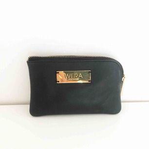 Knappt använd plånbok/pouch med gulddetaljer, från Wera Stockholm. Fri frakt.