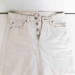 Vit jeanskjol från H&M i storlek 36. Använd men i fint skick! Fri frakt.