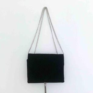 Svart sammetsväska med silverdetaljer. Använd, men i fint skick! Går att använda med ett enda långt axelband också, istället för som på bilden. Fri frakt.