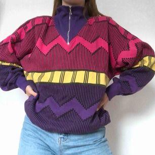 Vintage tröja med axelvadering från Beyond retro. Ett sjukt måste i 80-tals garderoben! Kan stylas med vintage levis och ett par balla skor från beyond eller humana:0 Det totala priset med frakt ligger på 239 kr✉️