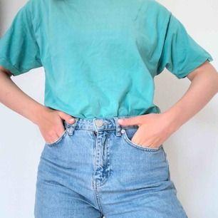 Snygg vintage T-shirt i en mintblå färg. Väldigt Beverly hills 90210 inspirerad! Frakt på 30 kr tillkommer☀️