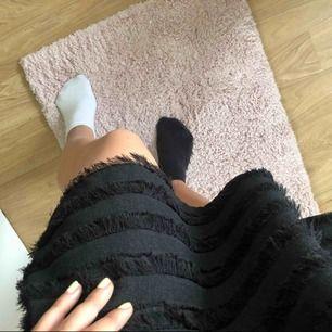 Svart kjol med småsmå fransar 🥰 storlek 36 men stretchig i midjan (resårband) så skit i storleken, den passar alla!!!! Fickor finns även. Supersöt till sommaren 👊🏼💕