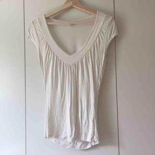 vit tröja från zoul. har en liten fläck på midjan men den syns knappt och kan nog gå bort med blekning:) frakt 9kr.