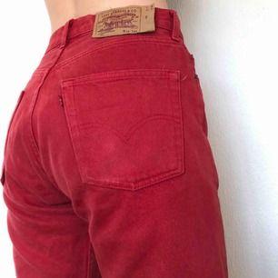 Skitsnygga och unika levis jeans i en röd färg. De är märkta med storlek L men passar som en M. Modellen är den populära 501. Frakt ingår:)