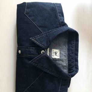 Oanvänd jeansskjorta från Lee
