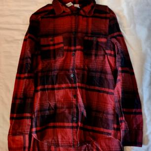 Röd och svart rutig skjorta