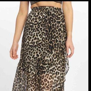 En snygg leopardkjol som passar perfekt nu till sommaren, både till vardags och fest! Matcha med bara ett svart linne och ett par brillor och det blir redan då supersnygg! Inga slitningar, använd 2 gånger. ❤️
