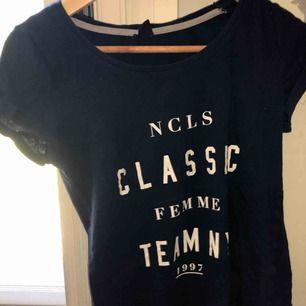 T-Shirt från Gina, köpt för ett par år sedan och går därför inte att få tag i något mer. Köp för ca 180kr säljes för 60kr + 20kr frakt😊💘 ‼️endast swish‼️
