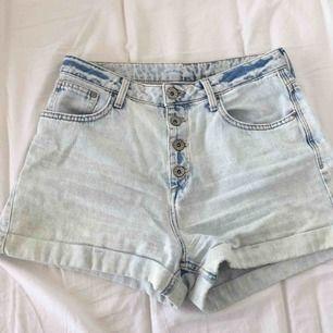 Ljust blå tvättade jeansshorts i storlek 38. Väldigt bekväma och snygga shorts som är höga i midjan, säljer då dem är för små, de är endast använda 1 sommar.