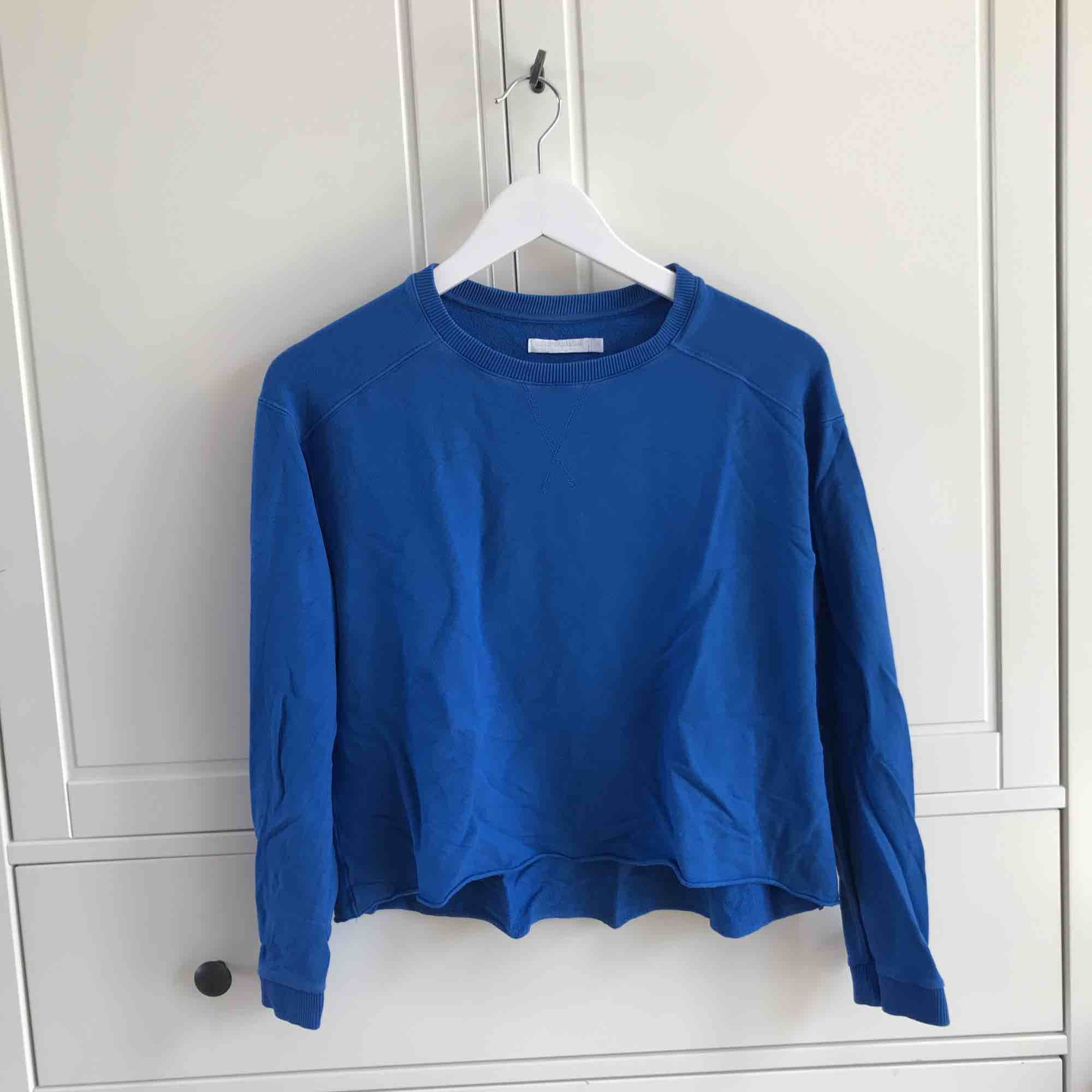 Kornblå skön sweatshirt från Weekday. Köparen står för frakt, kan även mötas upp i Helsingborg. . Tröjor & Koftor.