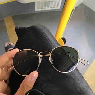 Helt nya solglasögon från Weekday! Superfina, men säljer pga jag ska köpa ray bans!