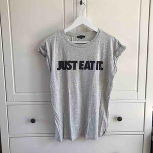 T-shirt från Moss. Köparen står för frakt, kan även mötas i Helsingborg.