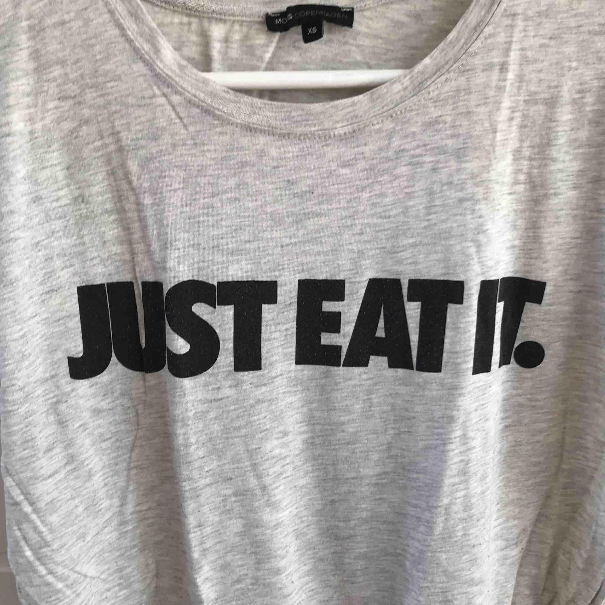 T-shirt från Moss. Köparen står för frakt, kan även mötas i Helsingborg. . T-shirts.