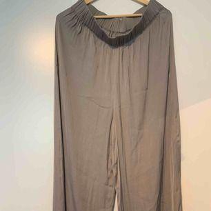 Supersköna o luftiga byxor, älskar dom men dom är för långa för mig så har knappt använt dom. (Jag är 167cm)