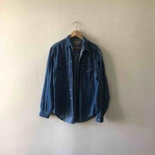 Levis jeansskjorta i bra skick. Hämtas i Uppsala eller skickas mot fraktkostnad.