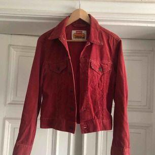 Vintage Manchester jeansjacka från Levis. Troligtvis tidigt 80-tal. Märkt med Irregual på lappen. 2a sortering, kan inte hitta något fel på den utöver att tag på ficka saknas
