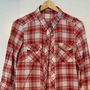 Fin skjorta/blus som inre längre kommer till användning.