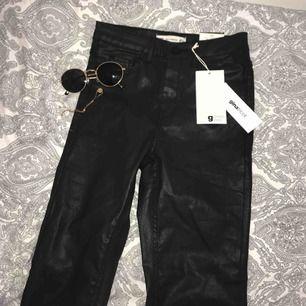Köpta på Nelly men märket är Ginatricot. Säljer dessa Molly jeansen från Ginatricot. Säljs pga fel storlek😕 Aldrig använda. Modell: MOLLY GOING OUT. Material: Bomullsbyxor med en glansig yta. Säljs för 249+ frakt. Kontakta för fler bilder✨