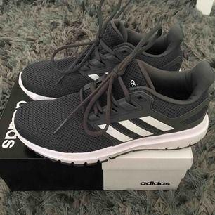 Adidas gympa skor strl 38 2/3 har använt 1-2 gånger säljer pga den är för stor för mig. Frakt är inkluderat i priset, betalning sker via swish💗