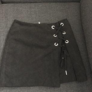 Sparsamt använd kjol med snörning fram och dragkedja bak. Köparen står för frakt💕