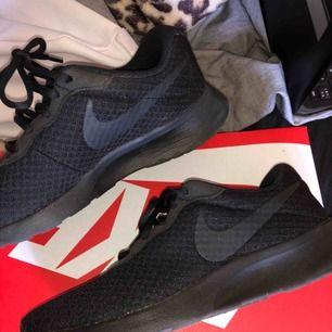 Helt nya Nike Tanjun skor, riktigt fina och helt sjukt sköna. Säljer då ja tyvärr inte tycker dem passar bra på mig (min stil). Köpt för 600kr säljes för 400kr + frakt (gratis frakt vid snabb affär)😊💘 ‼️endast swish‼️