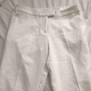 Vita kostymbyxor  Stl 36  Oanvända  Endast frakt (köparen står för frakten)  Pris kan diskuteras