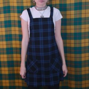 Så så fin pinaforeklänning från bikbok, oanvänd med lappen kvar! Har kostat 249 kr. Storlek medium, frakten för denna ligger på 36 kr, samfraktar gärna! 😌👍 (mer fraktkostnad kan tillkomma vid köp av flertalet varor)