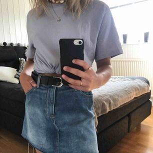 Sliten jeanskjol från H&M, använt en gång men är tyvärr fel storlek:(. Köparen står för frakt.