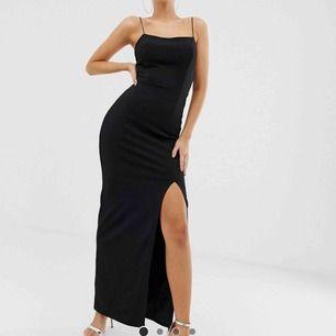 Svart långklänning/balklänning från Club L London, köpt på asos! Endast testad & sitter superfint på🦋🖤