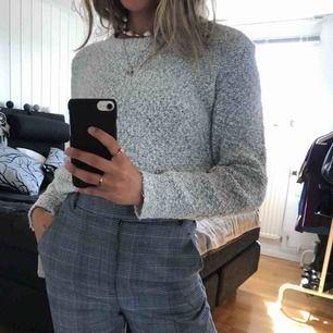 Stickad, mysig tröja  från H&M i en ljusgrå färg. Knappt använt dör att den är lite för liten köparen står för frakt!