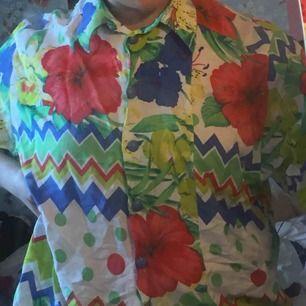 En super rolig hawaii skjorta med blommor och olika mönster på köpt secondhand!☺️ frakt kostar 42kr annars möts jag i slussen❣️🦞