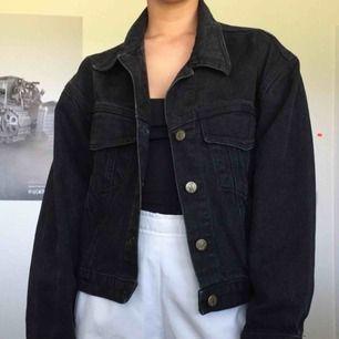 Plain svart jeansjacka köpt på second hand. Oklart exakt vilken strl men skulle säga XS (obs ej oversized). Köpare står för frakt (59 kr)