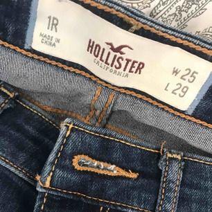 Mörkblåa Hollister jeans med lätta slitningar i storlek w25 och L29. Säljs pga för liten storlek kontakta för fler bilder💙 99 kr + frakt