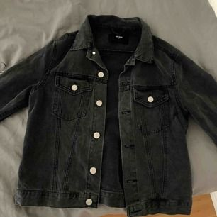 Svart/grå jeansjacka Använd endast ett fåtal gånger, säljer pga att den är för liten. Köpt för 400 kr