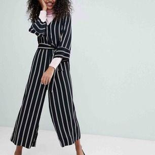 Monki Striped Wrap Front Jumpsuit! Använd ett fåtal gånger! Kan skicka flera bilder!