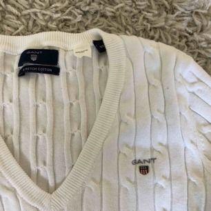Kabelstickad v-ringad tröja från Gant. Använd 1-2 gånger, alltså i bra skick. Nypris 1299 kr, frakt tillkommer