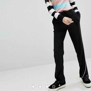 Säljer mina älskade svarta byxor från Monki för har inte använt de på ganska länge! Kan skicka flera bilder!