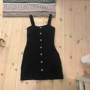Snygg klänning som funkar både över en skjorta och helt vanligt!  Aldrig använd men har inget kvitto kvar :/ Prislapp finns kvar Köptes för 350kr