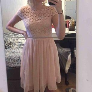 Somrig klänning, väldigt fin och använd sparsam, frakten står du för💕