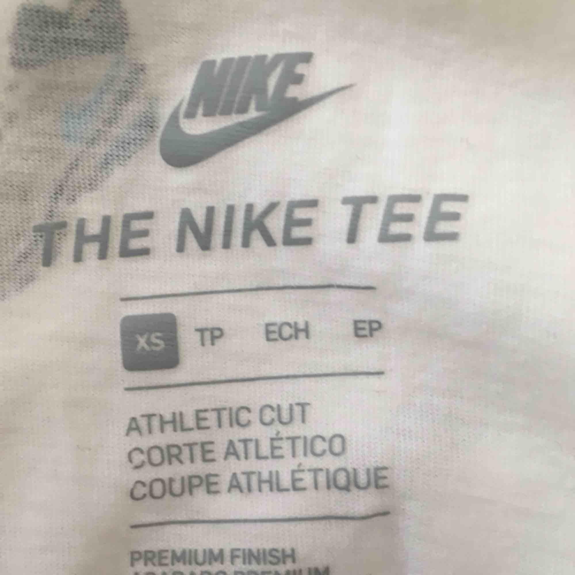 Nike t-shirt som har använts två gånger i väldigt gott skick. Inköpt förra sommaren!. T-shirts.