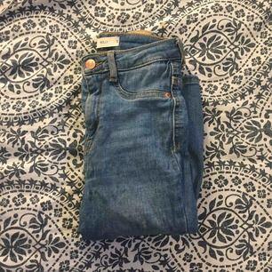 Säljer dessa jeans från ginatricot som aldrig används, frakten ligger på 40kr och den står du för💗