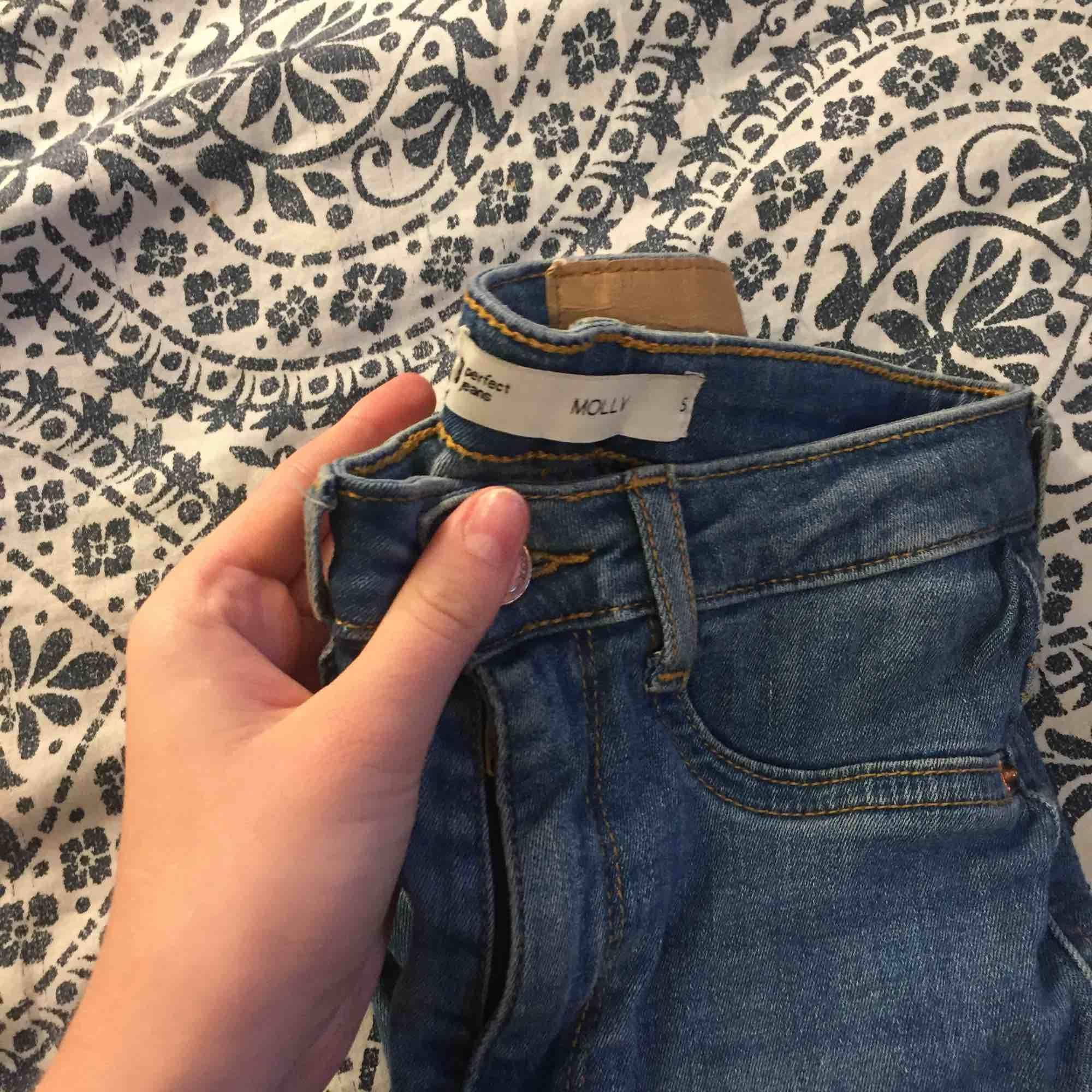 Säljer dessa jeans från ginatricot som aldrig har används💗. Jeans & Byxor.