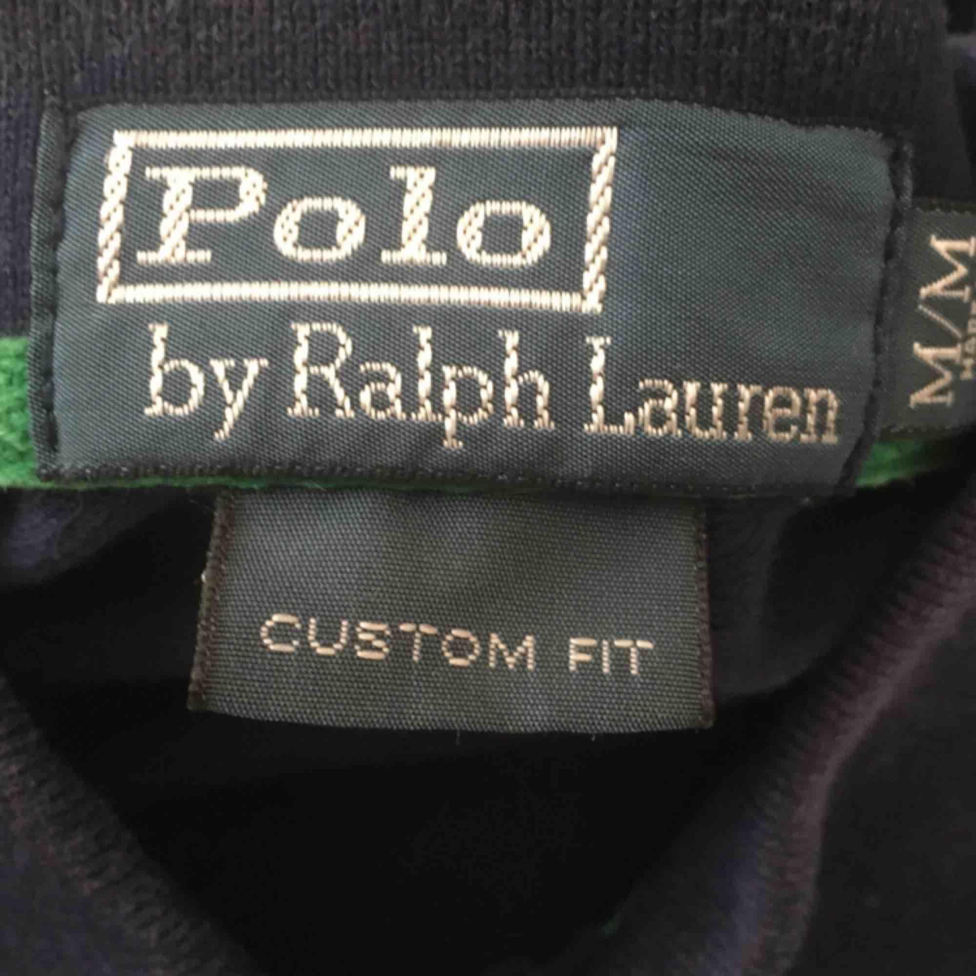 Ralph Lauren Piké i bra skick som är lite mindre i storleken!. T-shirts.