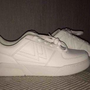 Vita sneakers Stl 40  Pris 200kr Kan ta med till Karlstad och sunne