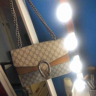 Gucci väska kopia säljes för 200kr pga låset är sönder men kan lagas