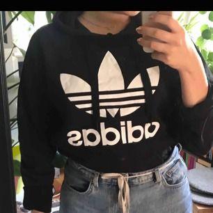 En helt vanlig svart adidas-hoodie. Fick i present och tyvärr inte kommit till användning. Storlek S men lite oversized. Möts gärna upp i stockholm annars står köparen för frakten.