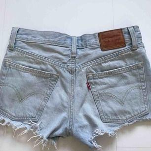Ljusa Levis shorts 501. Som nya, endast använda ett fåtal gånger!! Frakt kan tillkomma
