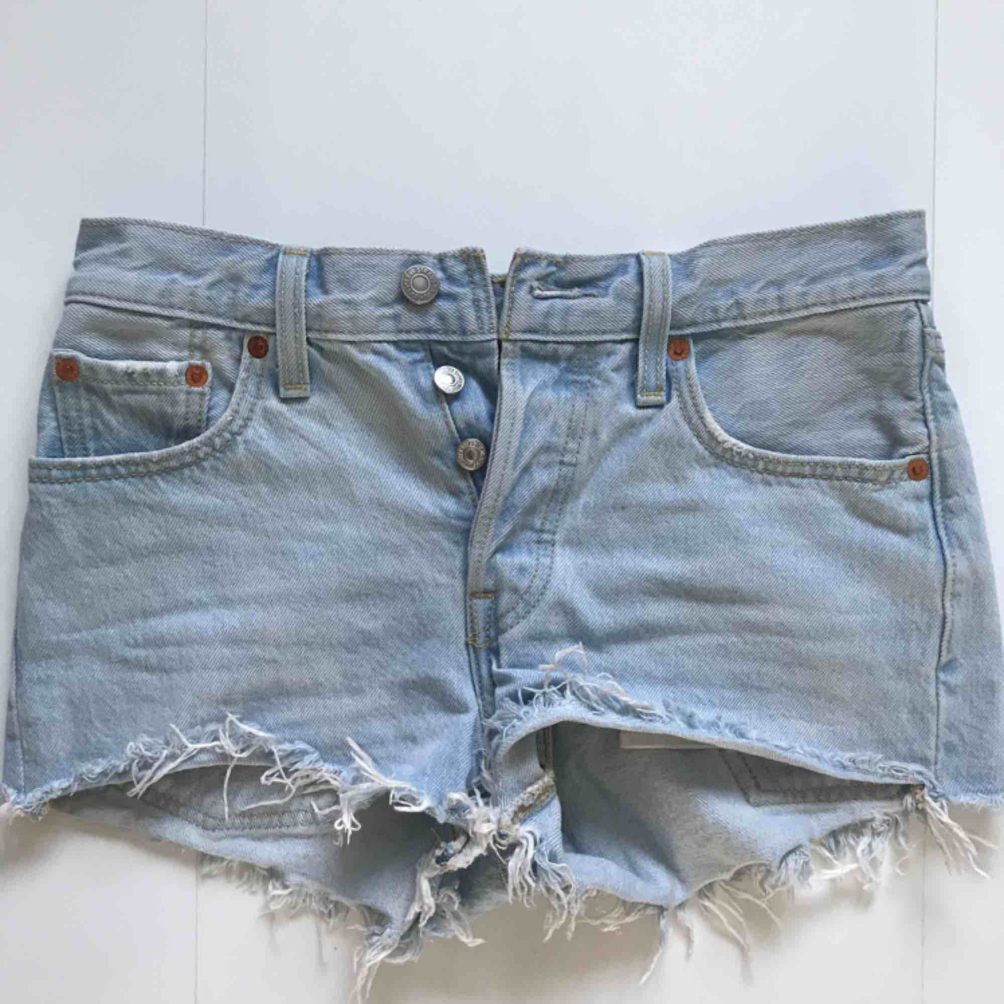 Ljusa Levis shorts 501. Som nya, endast använda ett fåtal gånger!! Frakt kan tillkomma. Shorts.
