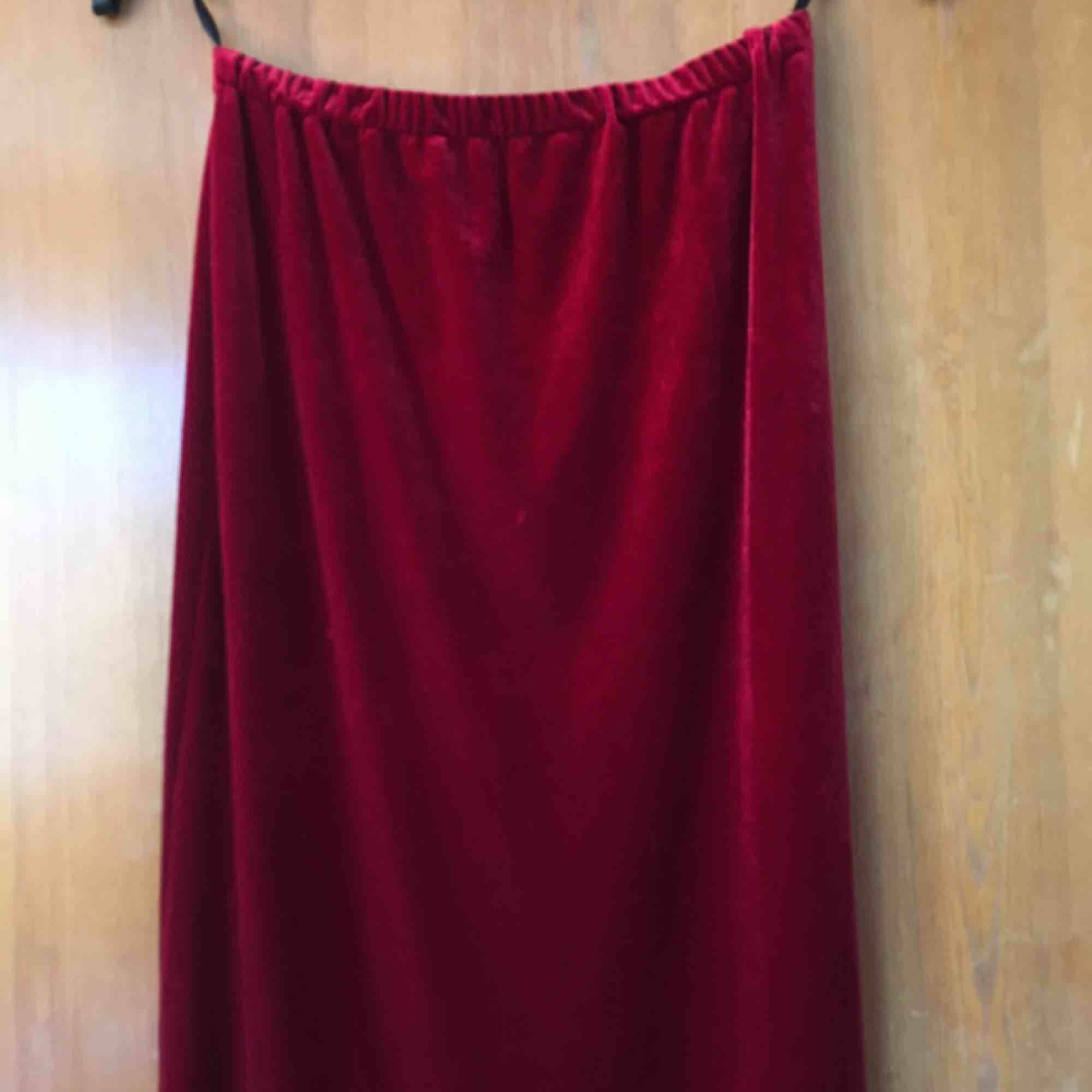 Röd lång vintage sammetskjol, sitter rätt tight. Frakt tillkommer :). Kjolar.